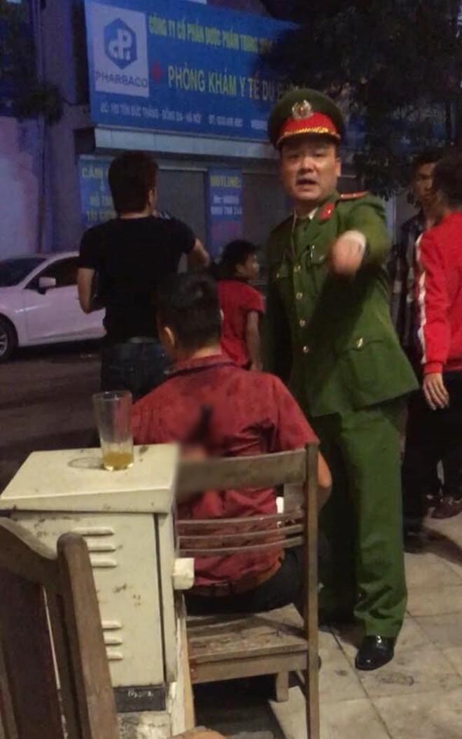 """Hà Nội: Mâu thuẫn trong lúc ngồi xem cổ động viên đi """"bão"""" mừng chiến thắng của ĐT Việt Nam, nam thanh niên bị đâm nhập viện - Ảnh 2."""