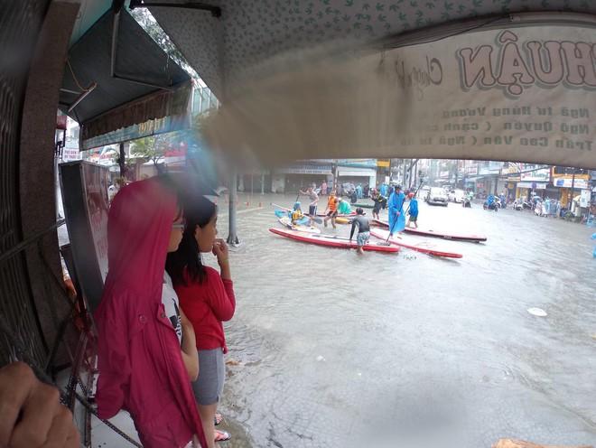"""Hình ảnh chưa từng có ở Đà Nẵng: Xuồng """"bơi"""" trên phố, người dân quăng lưới bắt cá giữa biển nước mênh mông - Ảnh 8."""