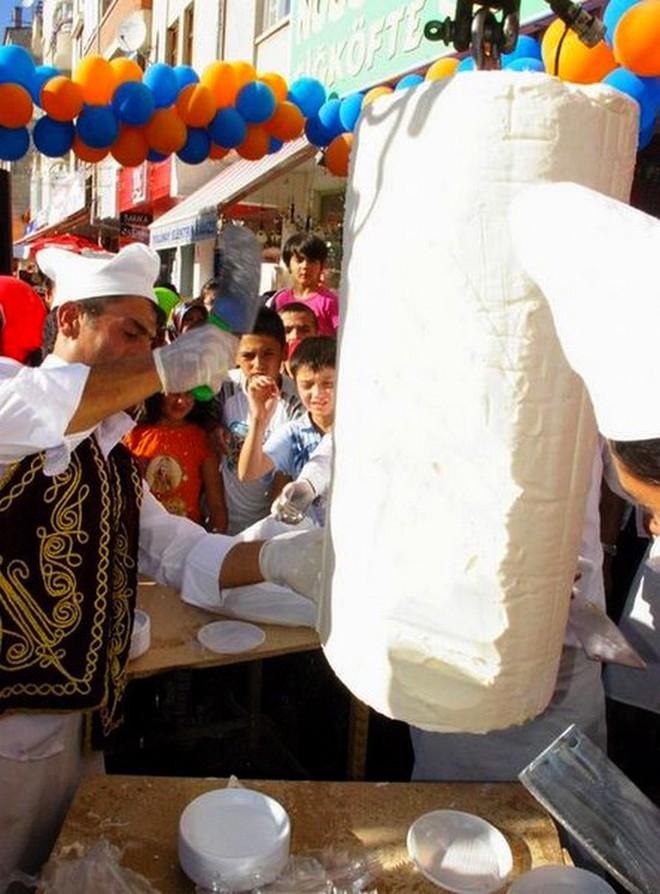Ở Thổ Nhĩ Kỳ có một loại kem phải dùng đến dao để chặt thì mới lấy kem ăn được - Ảnh 3.