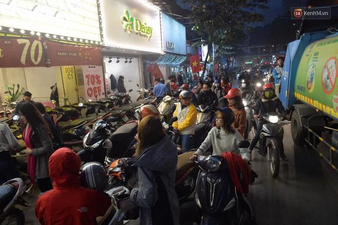 Hà Nội: Tắc nghẽn kinh hoàng làm tê liệt nhiều tuyến đường ngày cận Tết 11