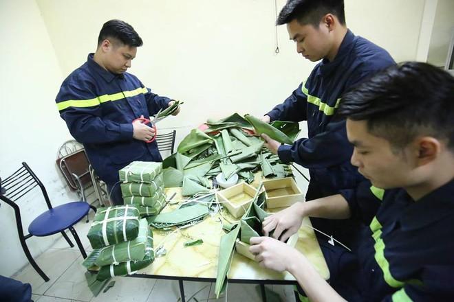 Không phải xông pha trấn áp giặc lửa, các chiến sĩ PCCC cùng nhau quây quần bên nồi bánh chưng thơm đậm vị Tết - Ảnh 1.
