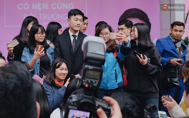 Xuân Trường đẹp trai như idol Hàn, bị fan vây kín khi tham gia sự kiện - Ảnh 6.