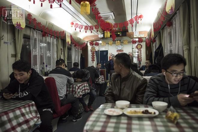 Những chuyến tàu cuối cùng về quê mùa Tết: Hành trình dài 26 tiếng từ Bắc Kinh về Thành Đô - Ảnh 15.