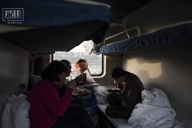 Những chuyến tàu cuối cùng về quê mùa Tết: Hành trình dài 26 tiếng từ Bắc Kinh về Thành Đô - Ảnh 20.