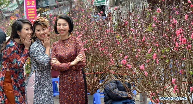 Hình ảnh không khí Tết rộn ràng khắp phố phường Hà Nội tràn ngập các trang báo Trung Quốc - Ảnh 8.