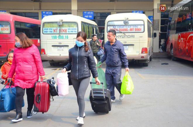 Hà Nội: Kết thúc ngày làm việc cuối cùng trong năm, người dân lỉnh kỉnh đồ đạc về quê ăn Tết - Ảnh 4.