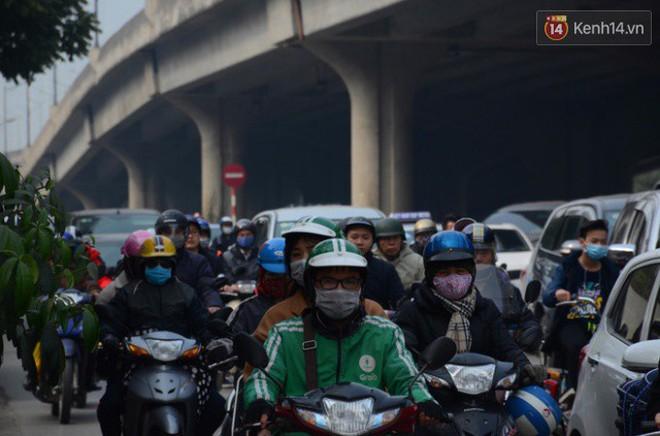 Hà Nội: Kết thúc ngày làm việc cuối cùng trong năm, người dân lỉnh kỉnh đồ đạc về quê ăn Tết - Ảnh 12.