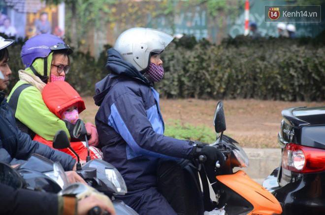 Hà Nội: Kết thúc ngày làm việc cuối cùng trong năm, người dân lỉnh kỉnh đồ đạc về quê ăn Tết - Ảnh 9.