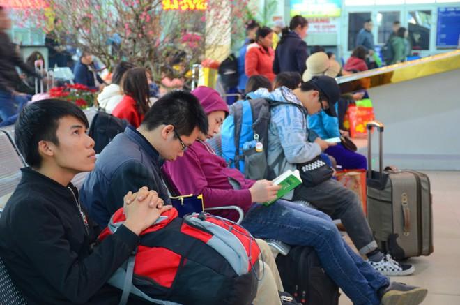 Hà Nội: Kết thúc ngày làm việc cuối cùng trong năm, người dân lỉnh kỉnh đồ đạc về quê ăn Tết - Ảnh 6.