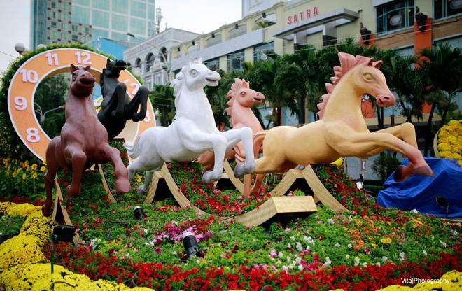 Ngắm hình ảnh linh vật đường hoa Nguyễn Huệ 5 năm vừa qua - Ảnh 1.