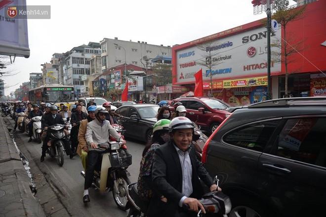 Chùm ảnh: Sau buổi sáng mưa phùn và yên ả, Hà Nội lại trở nên đông đúc như ngày thường 4