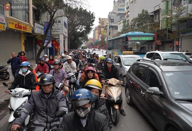 Chùm ảnh: Sau buổi sáng mưa phùn và yên ả, Hà Nội lại trở nên đông đúc như ngày thường 3