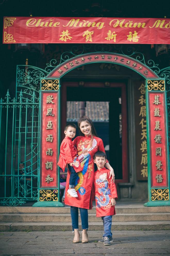 Vợ chồng Đăng Khôi - Thủy Anh mặc áo dài, rạng rỡ đưa hai con đi lễ chùa đầu năm - Ảnh 1.