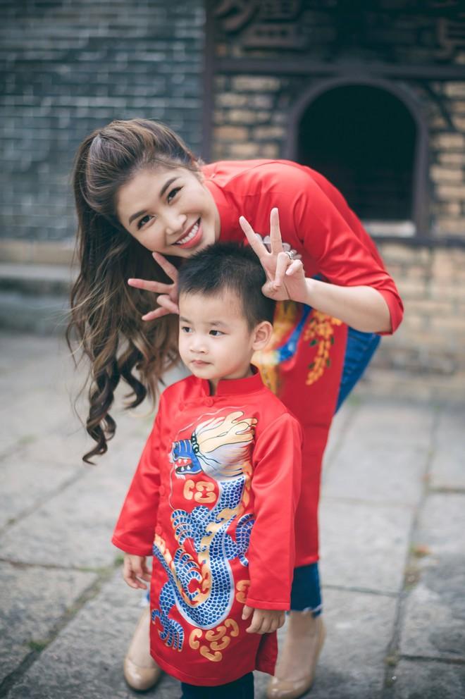 Vợ chồng Đăng Khôi - Thủy Anh mặc áo dài, rạng rỡ đưa hai con đi lễ chùa đầu năm - Ảnh 2.