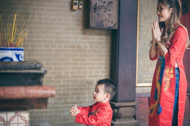 Vợ chồng Đăng Khôi - Thủy Anh mặc áo dài, rạng rỡ đưa hai con đi lễ chùa đầu năm - Ảnh 3.
