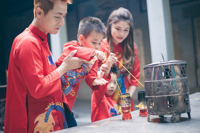 Vợ chồng Đăng Khôi - Thủy Anh mặc áo dài, rạng rỡ đưa hai con đi lễ chùa đầu năm - Ảnh 4.