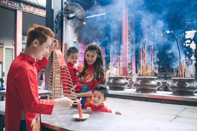 Vợ chồng Đăng Khôi - Thủy Anh mặc áo dài, rạng rỡ đưa hai con đi lễ chùa đầu năm - Ảnh 6.