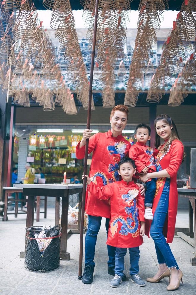 Vợ chồng Đăng Khôi - Thủy Anh mặc áo dài, rạng rỡ đưa hai con đi lễ chùa đầu năm - Ảnh 7.