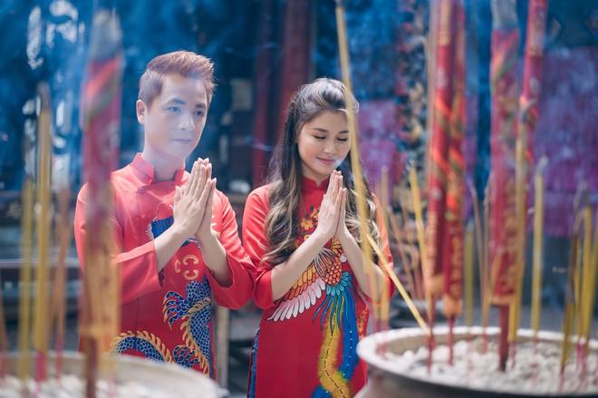 Vợ chồng Đăng Khôi - Thủy Anh mặc áo dài, rạng rỡ đưa hai con đi lễ chùa đầu năm - Ảnh 8.