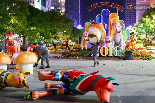Clip: Tranh thủ mót hoa ở đường hoa Nguyễn Huệ đêm bế mạc, nhiều người dân bị bảo vệ xông ra ngăn cản - Ảnh 3.