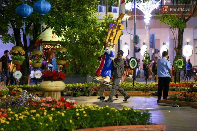 Clip: Tranh thủ mót hoa ở đường hoa Nguyễn Huệ đêm bế mạc, nhiều người dân bị bảo vệ xông ra ngăn cản - Ảnh 17.