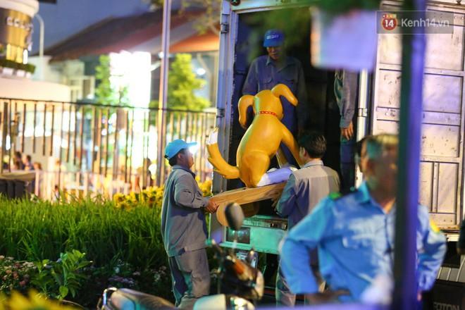 Những tiểu cảnh hình linh vật chó Phú Quốc cũng được đưa lên xe tải để chuyển đi ngay trong đêm