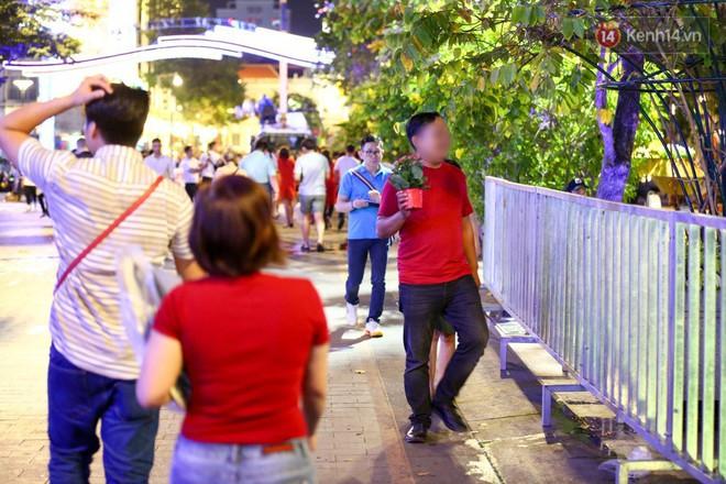 Clip: Tranh thủ mót hoa ở đường hoa Nguyễn Huệ đêm bế mạc, nhiều người dân bị bảo vệ xông ra ngăn cản - Ảnh 29.