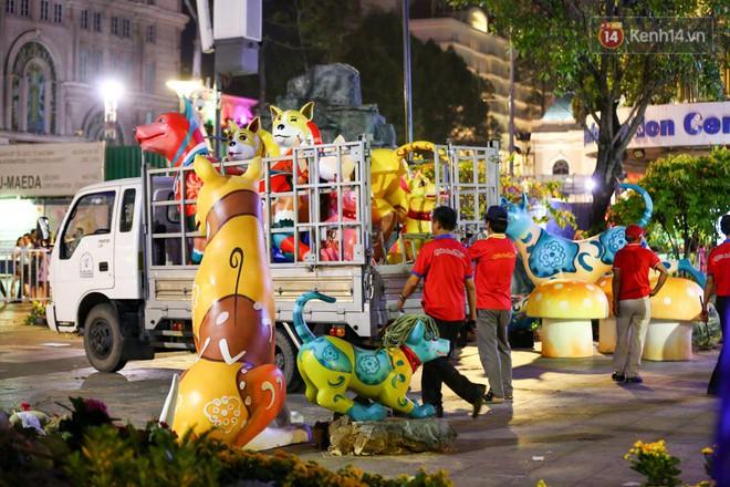 Clip: Tranh thủ mót hoa ở đường hoa Nguyễn Huệ đêm bế mạc, nhiều người dân bị bảo vệ xông ra ngăn cản - Ảnh 8.
