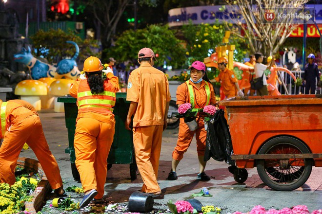 Những chậu hoa nhỏ được bỏ lên xe rác, đẩy ra bên ngoài