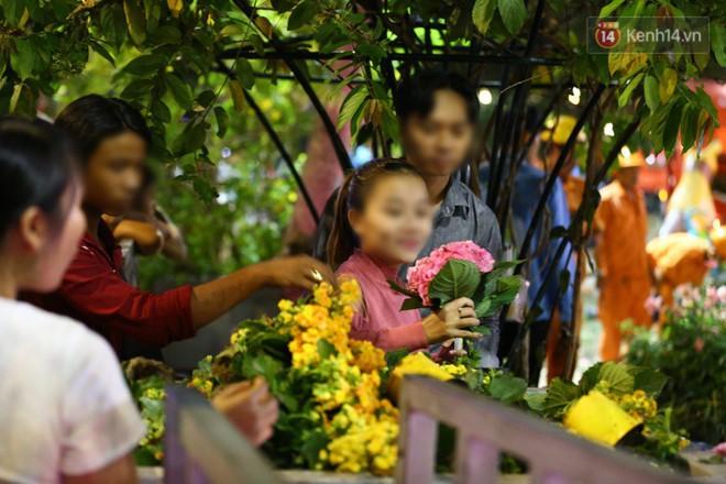 Cô gái hào hứng lựa cây hoa chưa bị dập nát đem về nhà