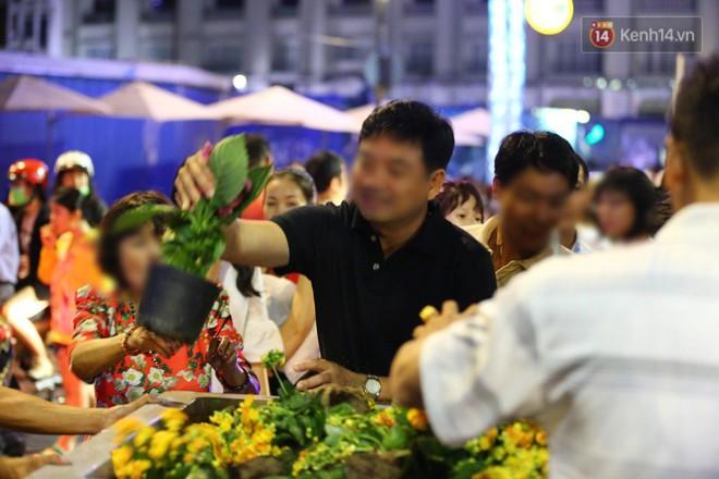 Clip: Tranh thủ mót hoa ở đường hoa Nguyễn Huệ đêm bế mạc, nhiều người dân bị bảo vệ xông ra ngăn cản - Ảnh 24.
