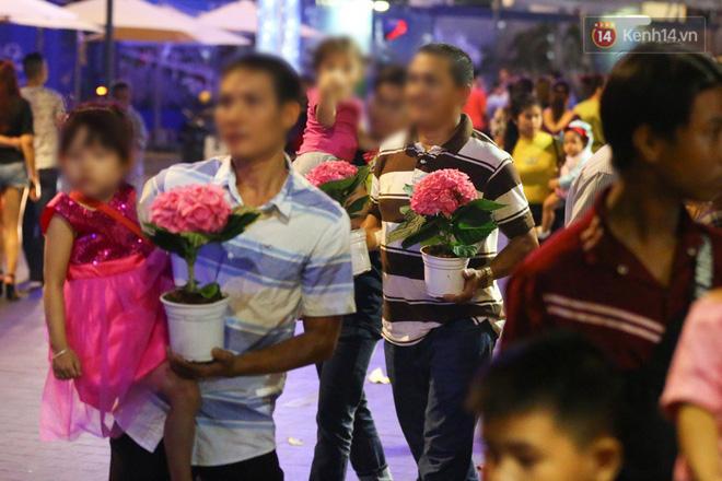 Clip: Tranh thủ mót hoa ở đường hoa Nguyễn Huệ đêm bế mạc, nhiều người dân bị bảo vệ xông ra ngăn cản - Ảnh 26.