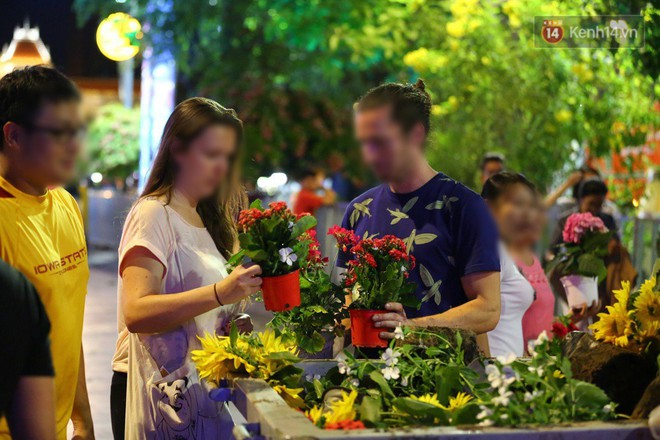 Một số người nước ngoài cũng tranh thủ lượm lại những cây hoa còn đẹp nhưng bị bỏ đi
