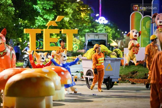 """Clip: Tranh thủ """"mót"""" hoa ở đường hoa Nguyễn Huệ đêm bế mạc, nhiều người dân bị bảo vệ xông ra ngăn cản - Ảnh 18."""