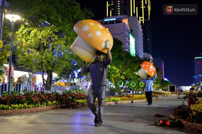 """Clip: Tranh thủ """"mót"""" hoa ở đường hoa Nguyễn Huệ đêm bế mạc, nhiều người dân bị bảo vệ xông ra ngăn cản - Ảnh 5."""