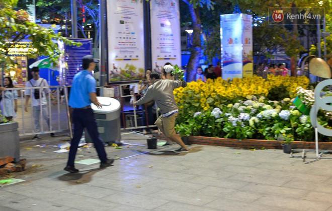 Một người đàn ông lẻn vào lấy chậụ hoa rồi bỏ chạy bất chấp sự ngăn cản của bảo vệ