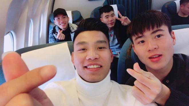 Fan đón U23 hạ cánh Sài Gòn cuồng nhiệt không khác gì sao Hàn! - Ảnh 18.