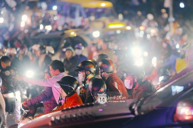 Cảnh tượng đông đến nghẹt thở ở trung tâm Đà Lạt chiều tối mùng 5 Tết - Ảnh 9.