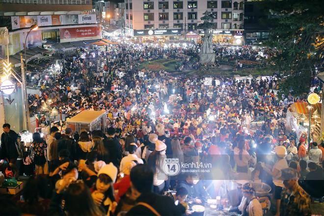 Cảnh tượng đông đến nghẹt thở ở trung tâm Đà Lạt chiều tối mùng 5 Tết - Ảnh 11.