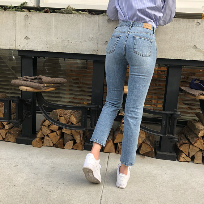 Nếu bạn chỉ thích đi giày bệt, hãy sắm ngay kiểu quần jeans này để chân trông luôn thon dài thanh thoát mà chẳng cần đến app kéo chân - Ảnh 3.