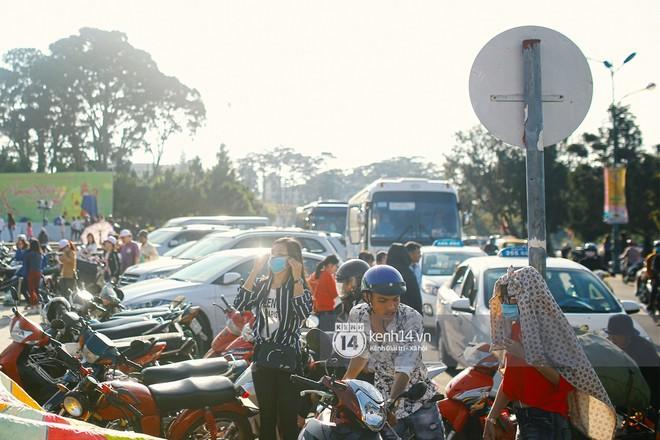 Cảnh tượng đông đến nghẹt thở ở trung tâm Đà Lạt chiều tối mùng 5 Tết - Ảnh 3.