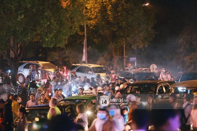 Cảnh tượng đông đến nghẹt thở ở trung tâm Đà Lạt chiều tối mùng 5 Tết - Ảnh 6.