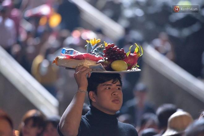 """Người dân chen chân hứng """"nước thánh"""" ở động Hương Tích trong ngày khai hội chùa Hương - Ảnh 14."""