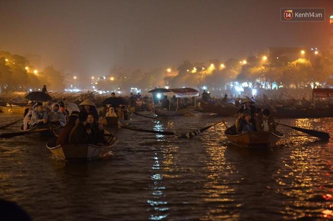 """Người dân chen chân hứng """"nước thánh"""" ở động Hương Tích trong ngày khai hội chùa Hương - Ảnh 11."""
