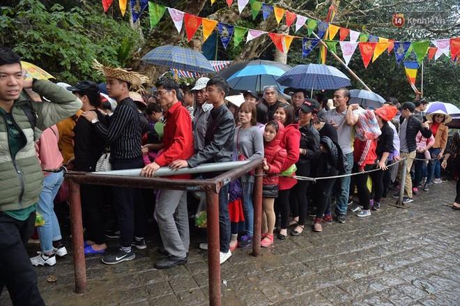 """Người dân chen chân hứng """"nước thánh"""" ở động Hương Tích trong ngày khai hội chùa Hương - Ảnh 12."""