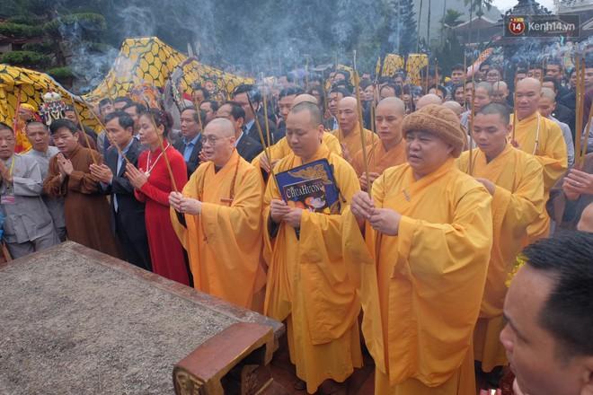 """Người dân chen chân hứng """"nước thánh"""" ở động Hương Tích trong ngày khai hội chùa Hương - Ảnh 8."""
