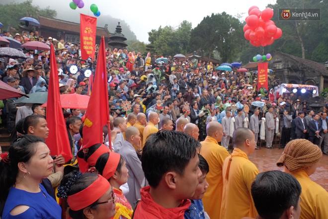 """Người dân chen chân hứng """"nước thánh"""" ở động Hương Tích trong ngày khai hội chùa Hương - Ảnh 10."""