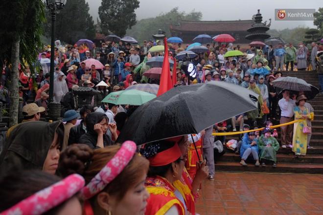 Người dân chen chân hứng nước thánh ở động Hương Tích trong ngày khai hội chùa Hương - Ảnh 2.