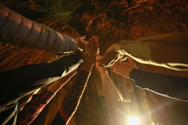 """Người dân chen chân hứng """"nước thánh"""" ở động Hương Tích trong ngày khai hội chùa Hương - Ảnh 15."""