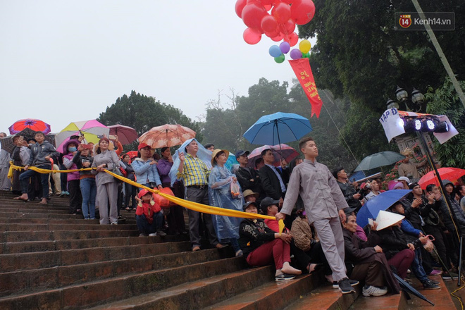 Người dân chen chân hứng nước thánh ở động Hương Tích trong ngày khai hội chùa Hương - Ảnh 3.